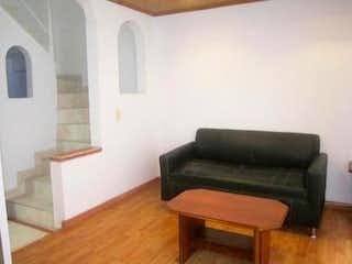 Una sala de estar con un sofá-silla y una mesa de café en Casa en venta en Sabana de Tibabuyes de 67mts