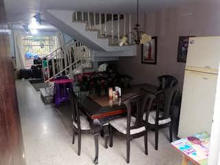 Una cocina llena de muebles de madera en Casa en venta en La Floresta de cuatro alcobas