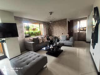 Una sala de estar llena de muebles y una gran ventana en Casa en venta en Suramérica, de 194mtrs2