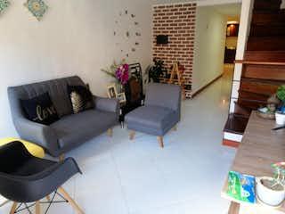 Una sala de estar llena de muebles y una chimenea en Casa en venta en Loma del Indio, 112mt de tres niveles