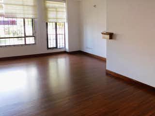 Una sala de estar con suelos de madera dura y una ventana en Apartamento en venta en La Alhambra, 94mt