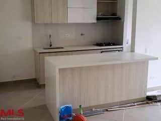Una cocina con una estufa y un fregadero en Natural