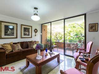 Una sala de estar llena de muebles y una planta en maceta en Valdepeña