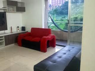 Una sala de estar llena de muebles y una televisión de pantalla plana en Apartamento en venta en Loma de los Bernal, 78mt con balcon