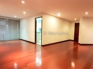 Una vista de una sala de estar con un ventilador de techo en Venta / Renta Apartamento Santa Barbara Alta