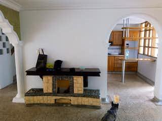 Un perro sentado en una alfombra en una habitación en Casa en venta en Velódromo de 290mts