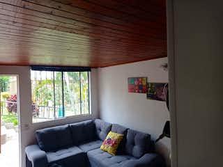 Una sala de estar llena de muebles y una ventana en Olivenza
