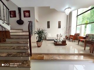 Una sala de estar llena de muebles y una ventana en Casa en venta en La Doctora, de 140mtrs2
