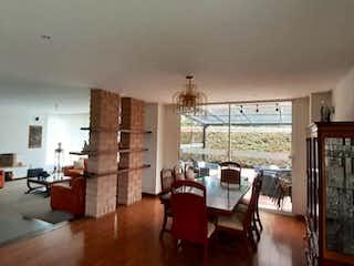 Una sala de estar llena de muebles y una ventana en Casa en venta en La Balsa, 670mt de dos niveles