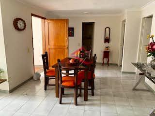 Una sala de estar llena de muebles y un suelo de madera en CATALINA