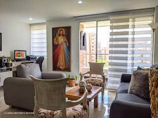 Una sala de estar llena de muebles y una gran ventana en Venta apartamento El Esmeraldal (Envigado)