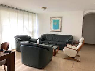 Una sala de estar llena de muebles y una televisión de pantalla plana en SAN CIPRIANO