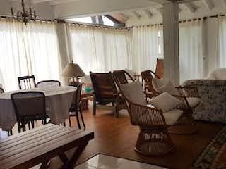 Una sala de estar llena de muebles y una mesa en Casa en venta en Los Colegios de 178mts