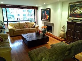 Una sala de estar llena de muebles y una chimenea en Sierras del Moral