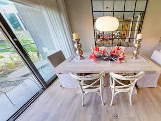 Una mesa y sillas en una habitación pequeña en Gran Reserva de Oporto