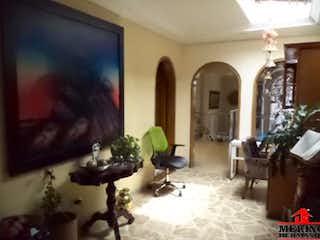 Una sala de estar llena de muebles y una chimenea en Casa en venta en Calasanz de 160mts