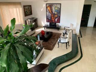 Una sala de estar llena de muebles y una planta en Apartamento en venta en Alejandría de cuatro habitaciones