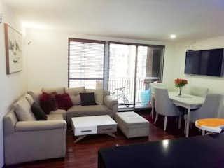 Una sala de estar llena de muebles y una gran ventana en Corinto de Alejandria