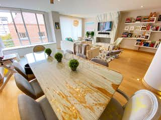 Una sala de estar llena de muebles y una mesa en Apartamento en venta en Rosales de dos habitaciones