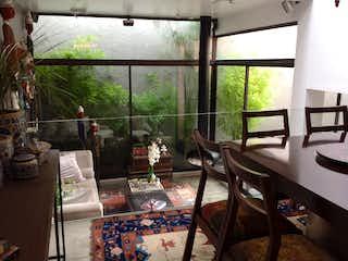 Una sala de estar llena de muebles y una ventana en Casa en venta en Santa Ana Oriental de 210m2