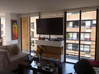 Una sala de estar llena de muebles y una televisión de pantalla plana en Apartamento En Venta En Bella Suiza de 110m2