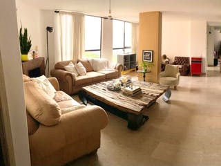 Una sala de estar llena de muebles y una ventana en Apartamento en venta en Los Balsos, 130mt con balcon