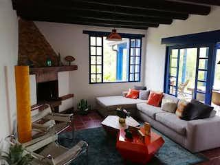 Una sala de estar llena de muebles y una ventana en BOSQUES DE FIZEBAD