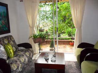 Una sala de estar llena de muebles y una gran ventana en Casa en venta en Calasanz, de 100mtrs2