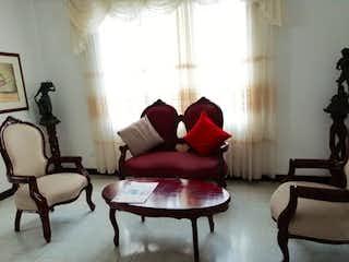 Una sala de estar llena de muebles y una ventana en Apartamento en venta en Bolivariana, de 100mtrs2
