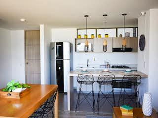 Una cocina con una mesa y una nevera en Apartamento en venta en Suramérica, 71mt con balcon