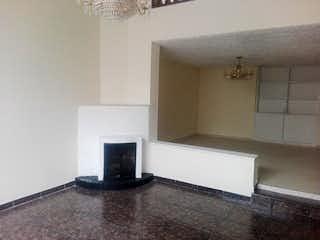 Una sala de estar con un televisor y un sofá en Casa en venta en Batán, 212mt de dos niveles