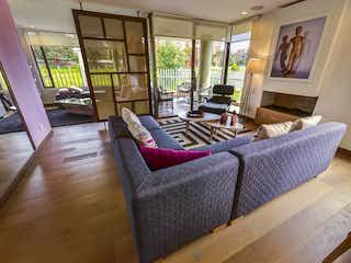Una sala de estar llena de muebles y una gran ventana en Gran Reserva de Valdivia