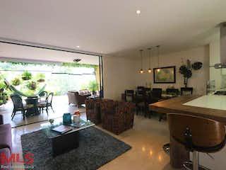 Una sala de estar llena de muebles y una mesa en Olivo de la Calleja