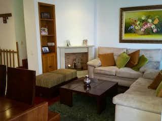 Una sala de estar llena de muebles y una mesa de café en Casa En Bogota, Colina Campestre, cuenta con tres pisos y tres alcobas.