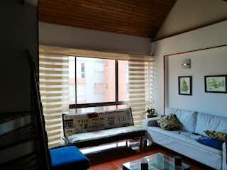 Una sala de estar llena de muebles y una ventana en Apartamento En Venta En Simón Bolívar de 117m2
