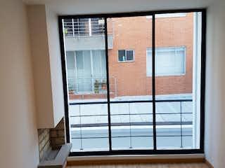 Un cuarto de baño con una puerta de cristal y una ventana en Apartamento en venta en Pasadena de 64m2