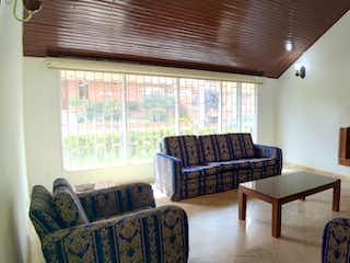 Una sala de estar llena de muebles y una chimenea en Casa en venta en El Contador de 250m2