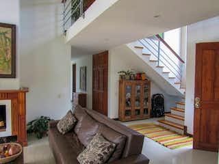 Una sala de estar llena de muebles y una chimenea en Finca Centro Guarne, Casa en venta en Casco Urbano Guarne de 4 hab. con Jardín...