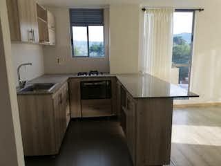 Una cocina con un fregadero, una estufa y una ventana en PALMAZERA