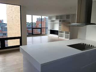 Una cocina con un lavabo y un gran ventanal en Apartamento en venta en Rosales 169m² con Gimnasio...