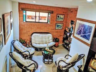 Una sala de estar llena de muebles y una chimenea en Apartamento en venta en Lorena, de 122mtrs2