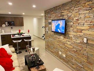 Una sala de estar llena de muebles y una televisión de pantalla plana en Apartamento en venta en Santa Ana, de 84mtrs2