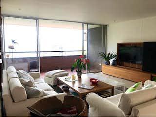 Una sala de estar llena de muebles y una gran ventana en Apartamento en venta en Los Balsos, 160mt