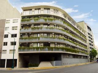 Un gran edificio con un gran edificio en el fondo en PH Roof Garden privado a unos pasos de Perisur