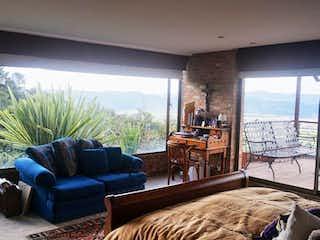 Una sala de estar llena de muebles y una gran ventana en Casa En Chia, Portal De Fusca- 3 alcobas-360m2.