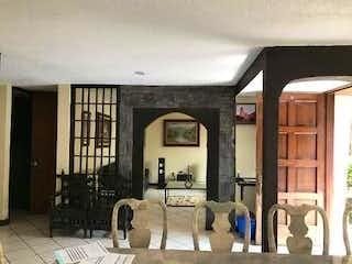 Una sala de estar llena de muebles y una ventana en Casa en venta en San Juan Tepepan de 270mts