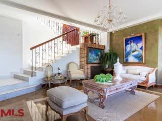 Una sala de estar llena de muebles y una televisión de pantalla plana en Casa De Campo