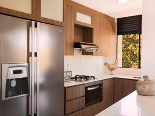 Una cocina con nevera y fregadero en APARTAMENTO EN VENTE EN RIONEGRO