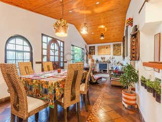 Una sala de estar llena de muebles y una lámpara de araña en Casa en venta en Sopo de 205mts