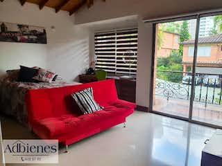 Un sofá rojo sentado delante de una ventana en BOSQUES DE LA CALERA